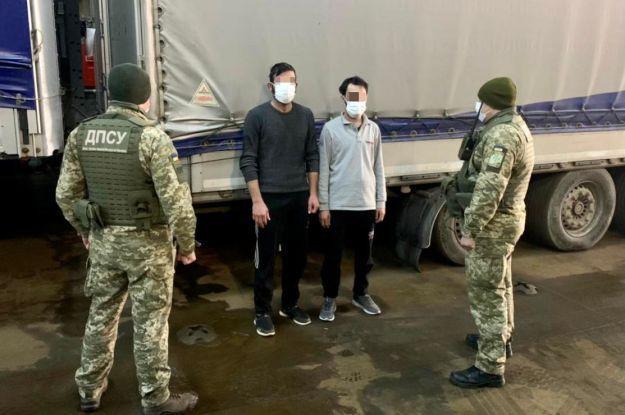 """Заплатили по $6 тисяч за """"подорож"""": мігранти припливли в Україну у вантажному причепі"""