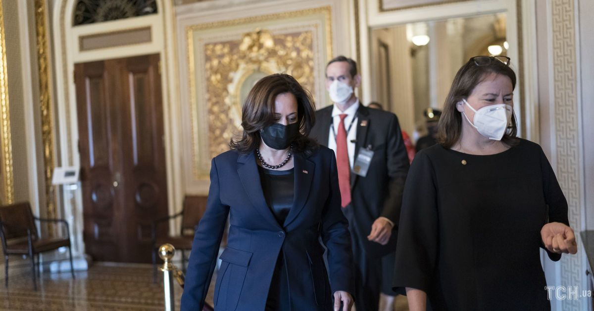 У шовковій блузі і строгому костюмі: Камала Гарріс на зустрічі з Байденом