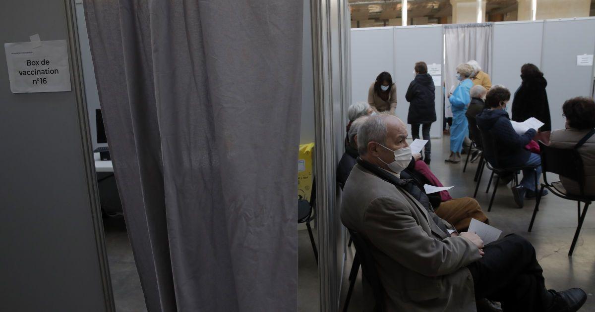 Во Франции развернули сотни временных центров вакцинации против COVID-19