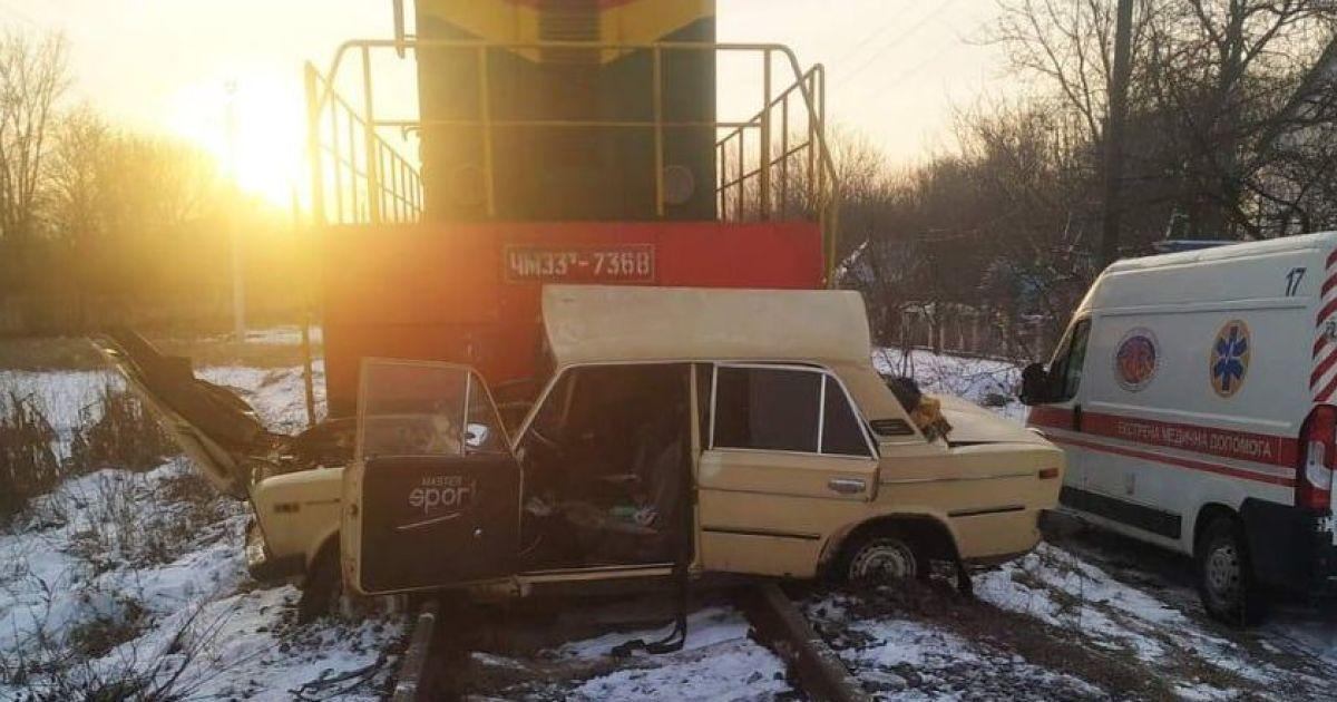 У Вінниці поїзд протаранив автомобіль і протягнув його 200 метрів - травмований водій в реанімації