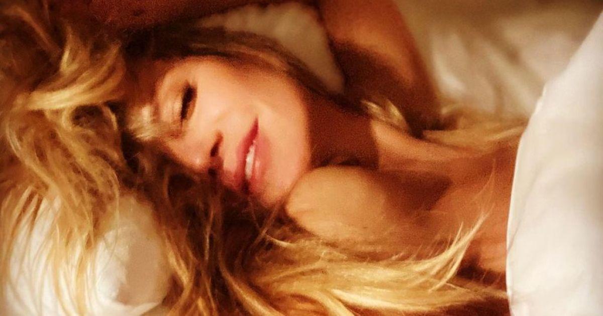 Блиснула грудьми в халаті від Versace: Гайді Клум запостила пікантне селфі
