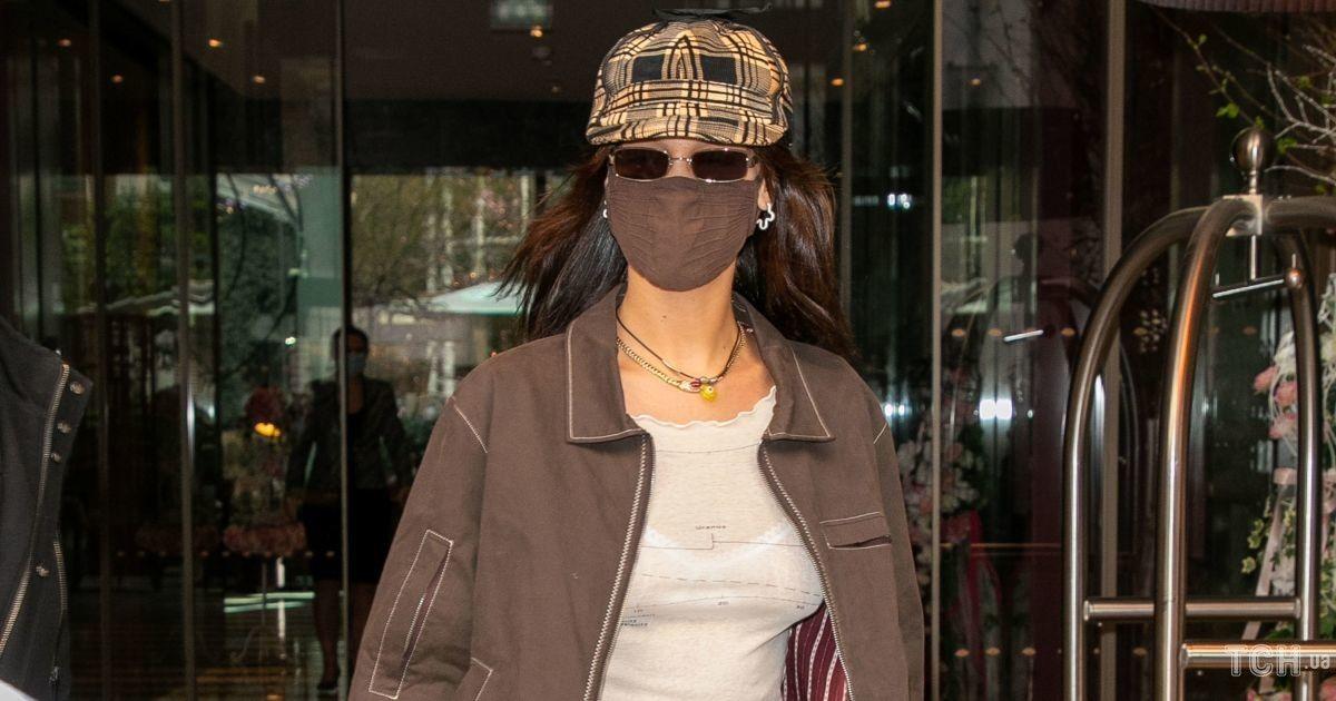 Засвітила мереживну білизну: Белла Хадід була заскочена біля готелю в Парижі
