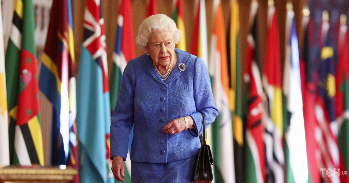 У синьому костюмі і з дорогоцінною брошкою: опубліковано нове фото королеви Єлизавети II