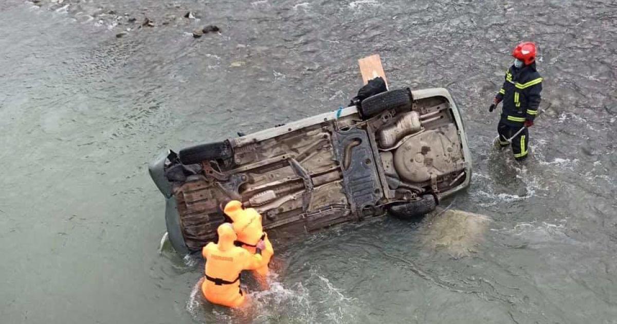 Во Львовской области авто упало в реку: один человек погиб, еще 2 — травмированы