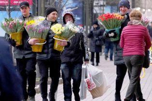Перевернутый борщ, марши за права женщин и цветы в подарок: как украинцы отмечают 8 марта