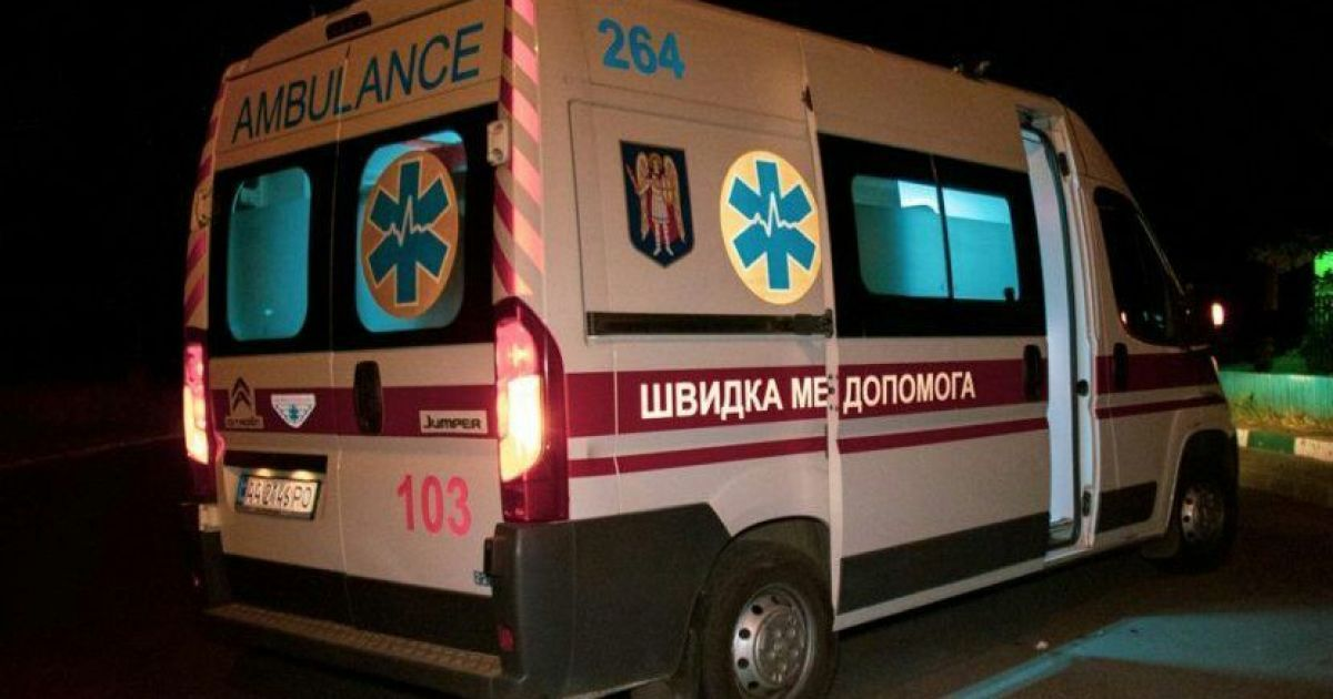 В пригороде Киева женщина ударила полицейского метлой, у него сотрясение мозга и гематомы: видео