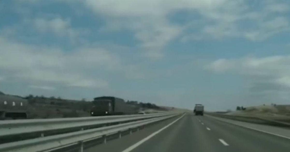 Окупанти стягують до Криму військову техніку: колону автівок Росії показали на відео