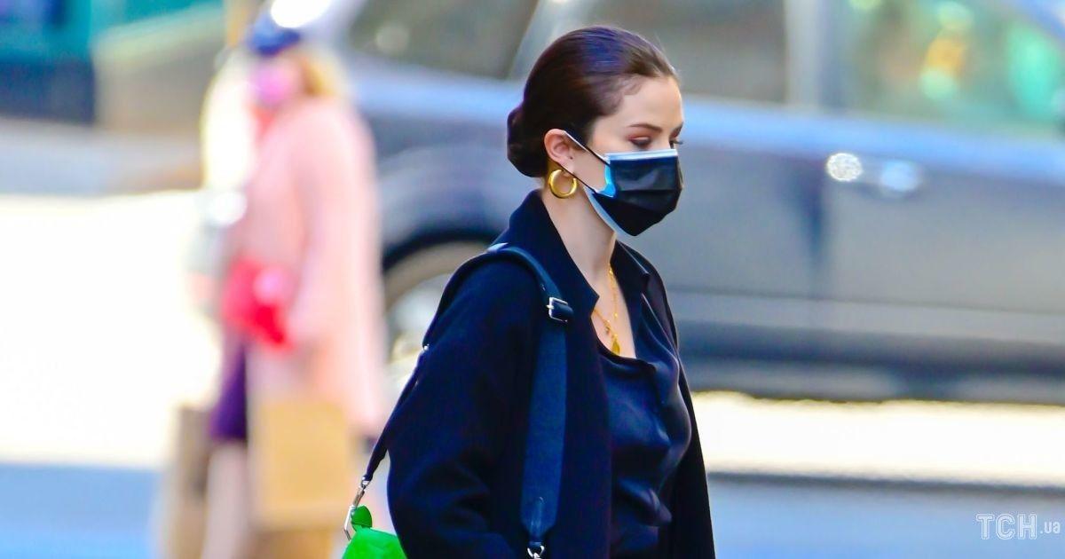 У чорному аутфіті і з сумкою Louis Vuitton: Селена Гомес на зніманнях детективного серіалу