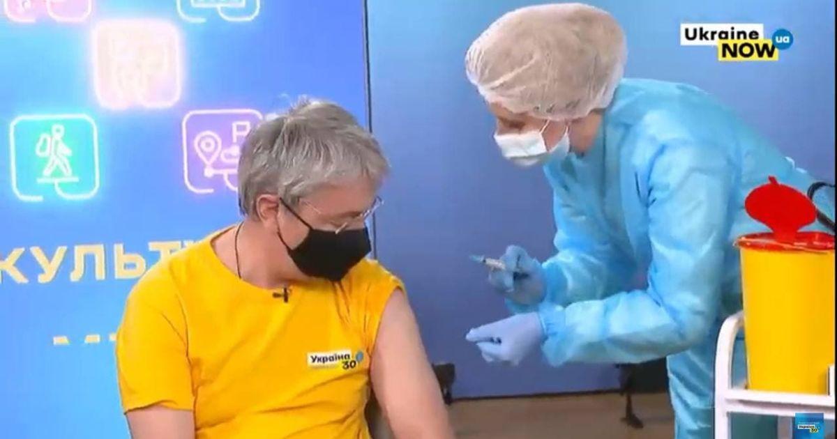 Довіряйте фахівцям, а не дописувачам у соцмережах: міністр культури публічно вакцинувався від COVID-19