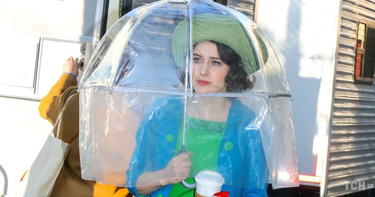 """У яскравому образі і з парасолькою: Рейчел Броснаген на зніманнях серіалу """"Дивовижна місіс Мейзел"""""""