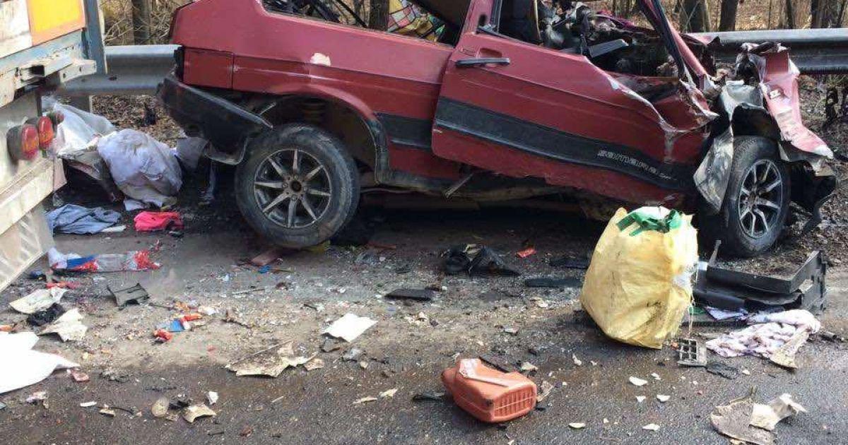 Автомобіль розтрощило: на трасі Київ-Чоп у смертельну ДТП потрапили легкове авто та вантажівка