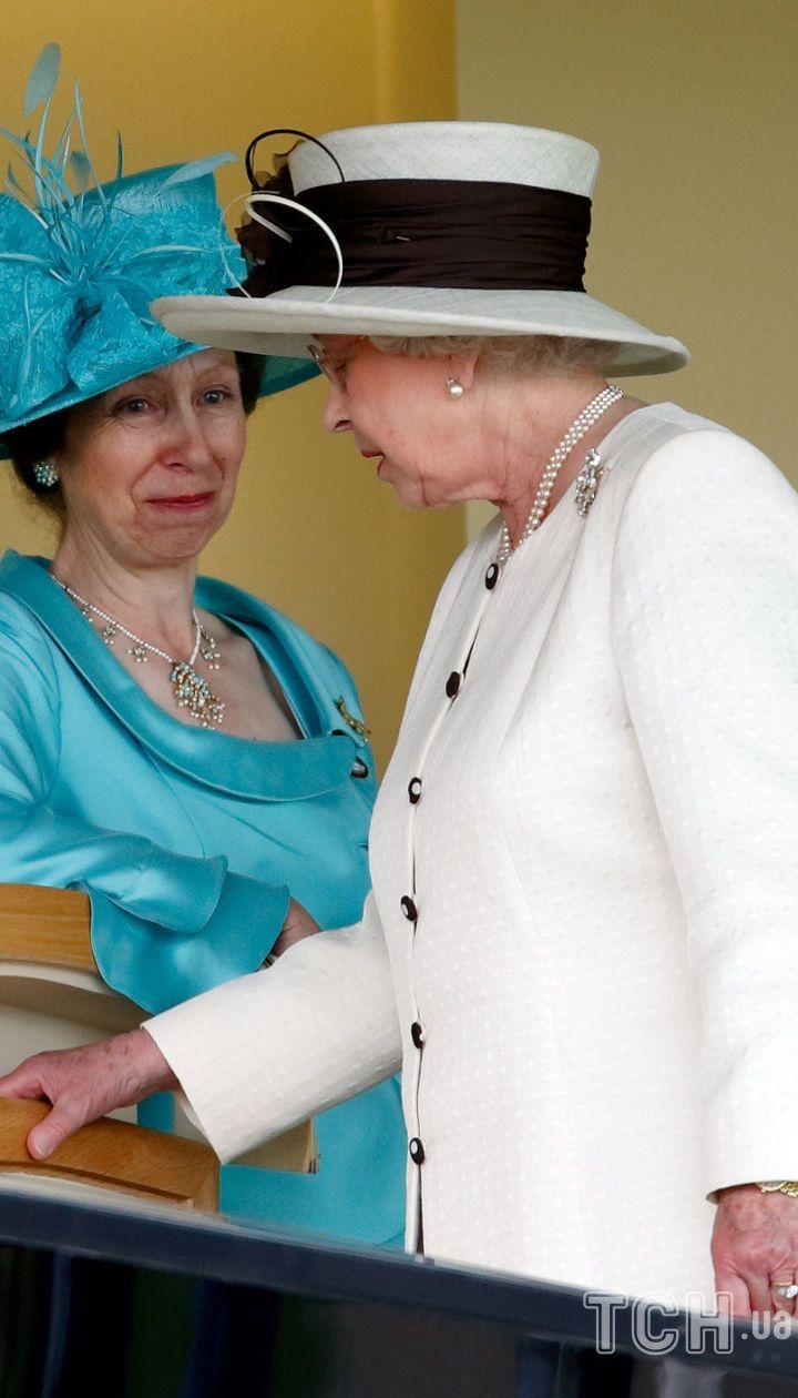 Королева Елизавета II со своей дочерью принцессой Анной