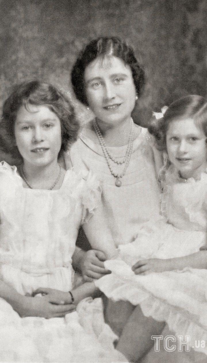 Королева Елизавета II с матерью Елизаветой Боуз-Лайон и сестрой Маргарет