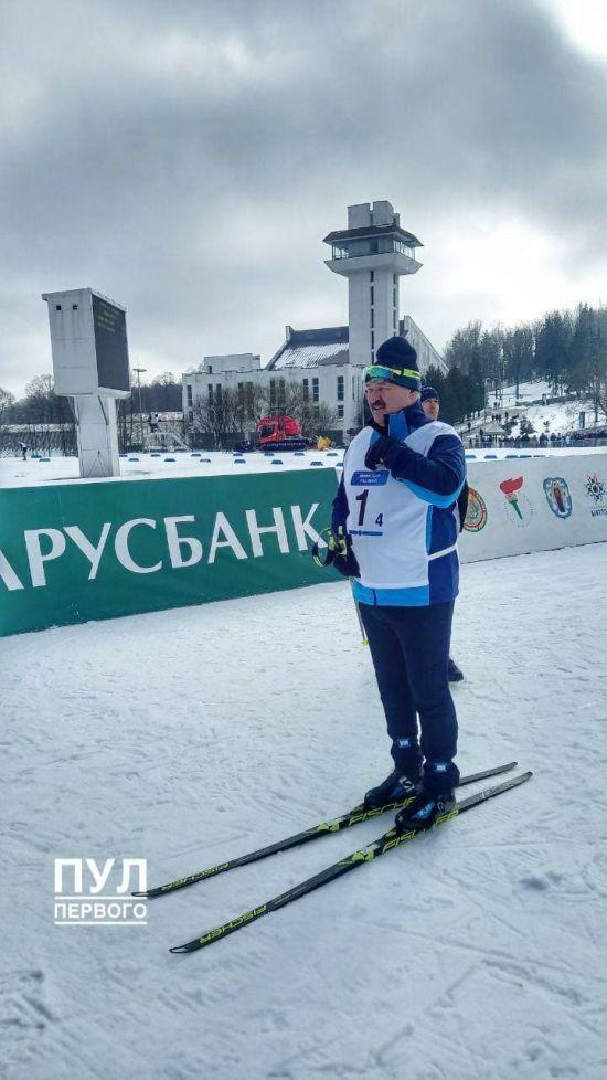 """Появилось видео """"молниеносной победы"""" Лукашенко на лыжной гонке: его соперник трижды """"случайно"""" упал (видео)"""