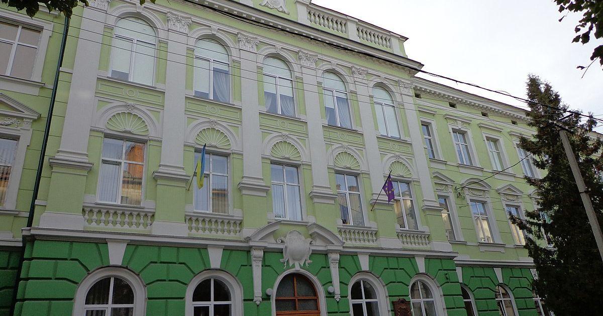 Закрыла в спортзале и била головой об стену: в Тернополе пьяная учительница набросилась на ученика