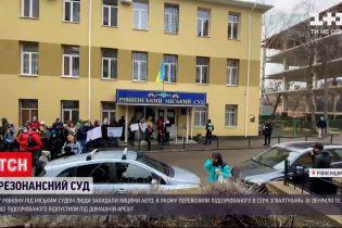 Новини України: у Рівному обурені люди блокували машину з підозрюваним у серії зґвалтувань