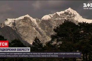 Новини світу: на Евересті відкривають туристичний сезон уперше від початку пандемії