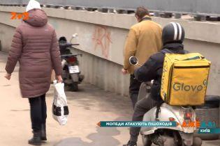 Столичні скутеристи зі служб доставки атакують пішоходів