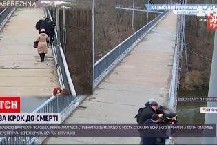 Новости Украины: в Житомире прохожие спасли мужчину, который пытался прыгнуть с моста