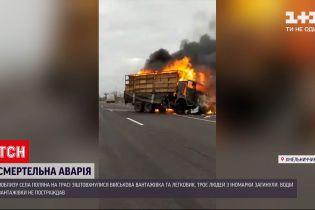 Новини України: у Хмельницькій області лобом у лоба зіткнулися військова вантажівка та легковик