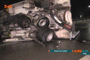 На огненный ад превратилась авария в столице: не разошлись легковушка и грузовик коммунальщиков