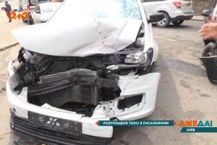 Разбитое такси с пассажирами: неподалеку Киево-Печерской Лавры не разминулись две легковушки