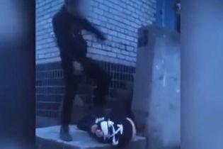Лупцював ногами і стрибав зверху: у Запорізькій області підліток на камеру жорстоко побив однолітка (відео18+)