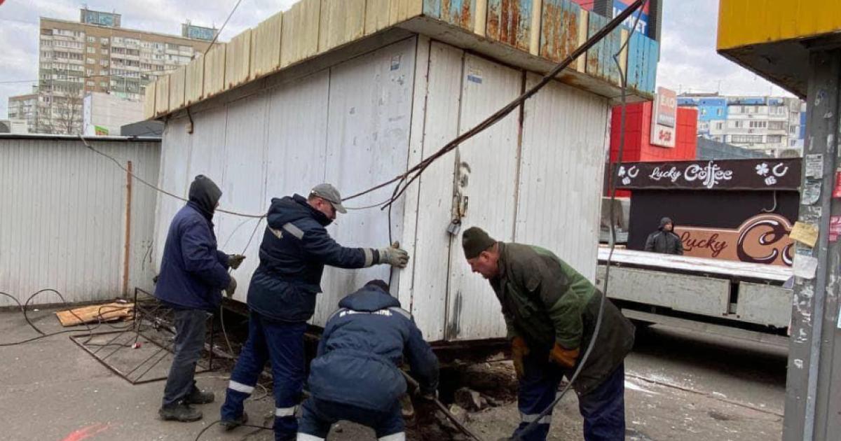Напад на комунальників під час демонтажу МАФів: двом молодикам повідомлено про підозру (відео)