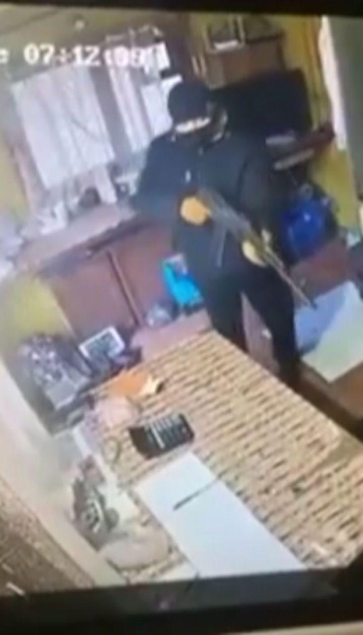 У Слов'янську невідомий з автоматом пограбував пункт приймання металобрухту