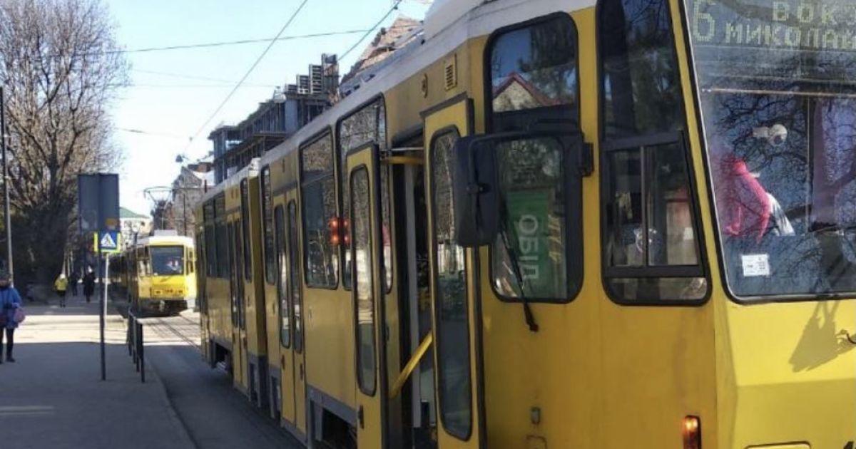 Стало зле: у Львові у трамваї раптово помер чоловік
