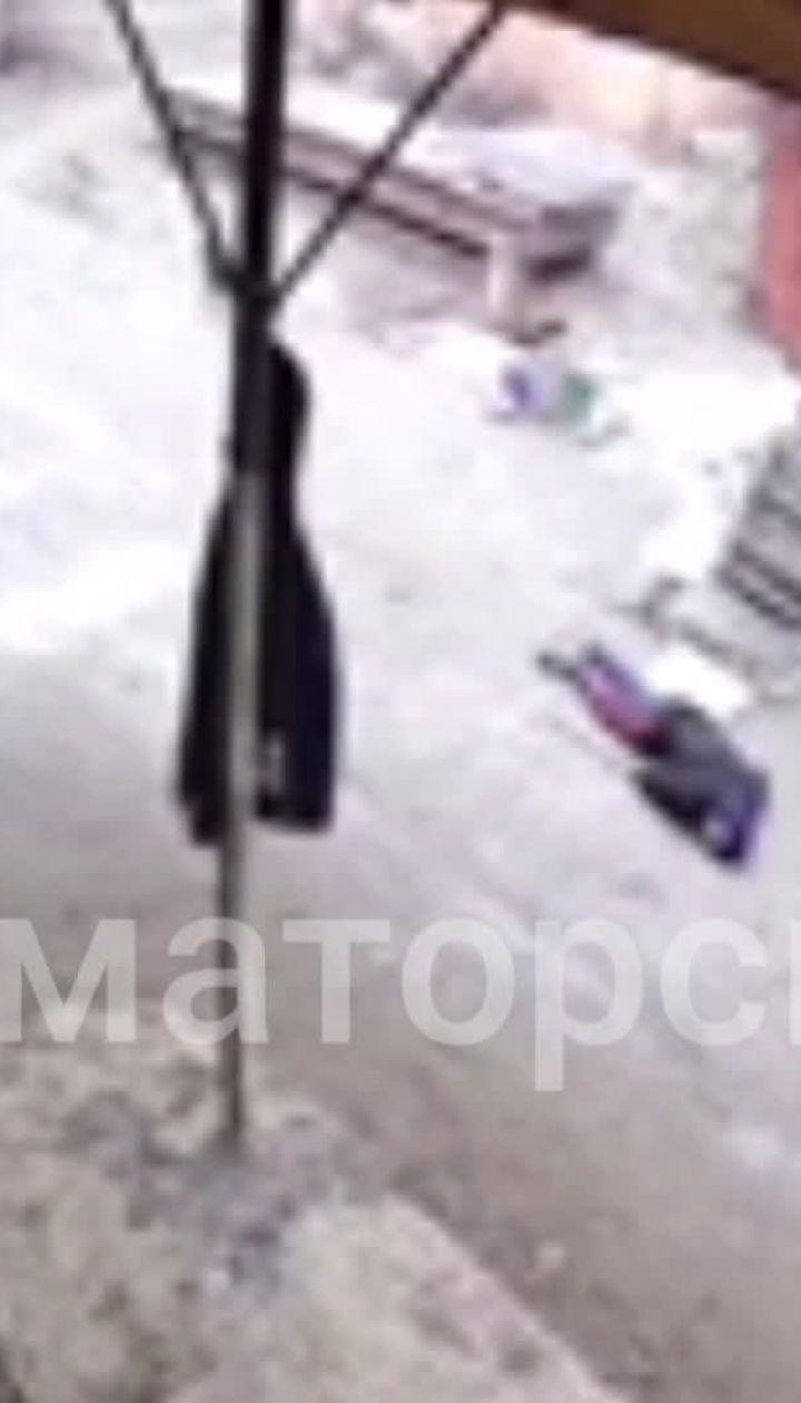 Появилось видео, как грабитель стреляет в людей, которые пришли на пункт металлолома в Славянске