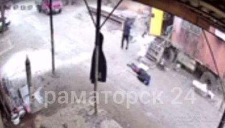 Стріляв з автомата в упор: у Слов'янську грабіжник, тікаючи з місця злочину, поцілив у чоловіка (відео 18+)