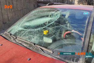 Кіт пробив лобове скло припаркованого під будинком автомобіля у Дніпрі