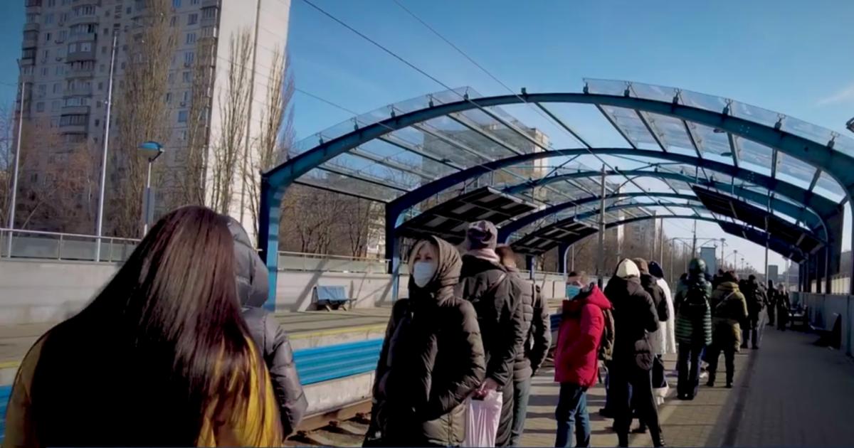 У Києві черга на трамвай розтягнулася на понад 100 метрів: відео