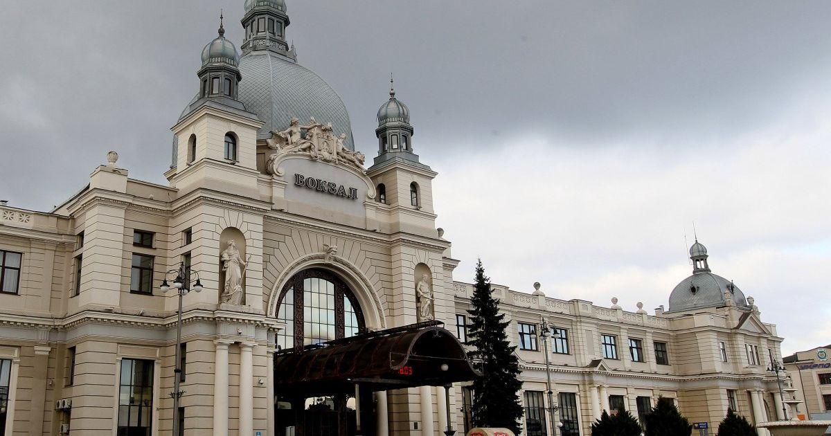 """Во Львове мужчина угрожал """"взорвать"""" главный железнодорожный вокзал"""