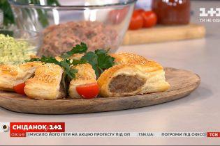 Як приготувати сосидж-роли, цибулеві кільця та багет із часником