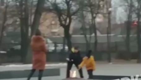 У Київській області родина смажила маршмелоу на Вічному вогні: відео