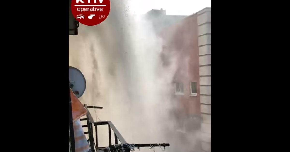 Гейзер у центрі Києва: на столичному Печерську 133 будинки залишились без тепла