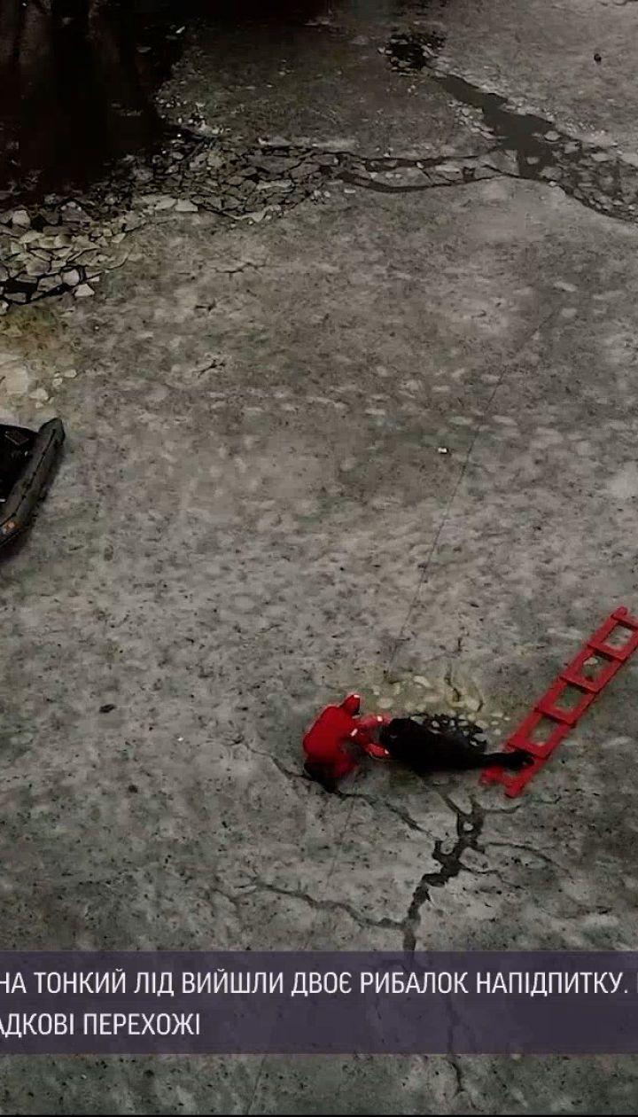Новини України: у Хмельницькому рятувальники діставали з-під льоду двох п'яних рибалок