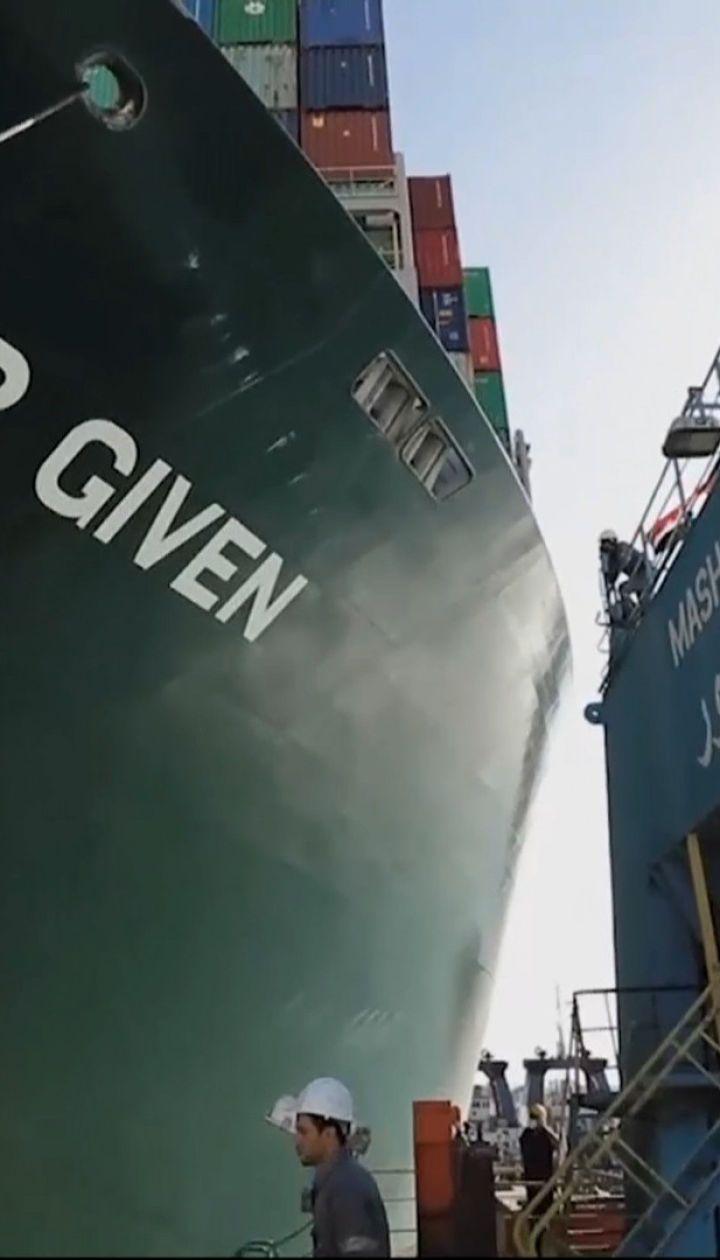 """Новини світу: єгипетські рятувальники зняли з мілини контейнеровоз """"Ever Given"""""""