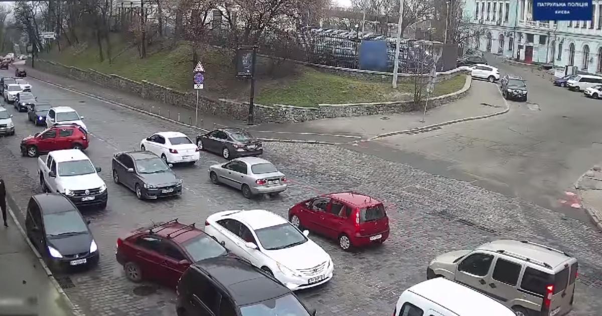 Одна забыла, вторая испугалась: в Киеве двое женщин-водителей устроили масштабное ДТП (видео)