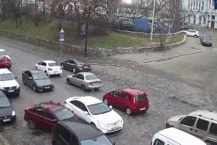 Одна забула, друга злякалася: у Києві дві водійки влаштували масштабну ДТП (відео)