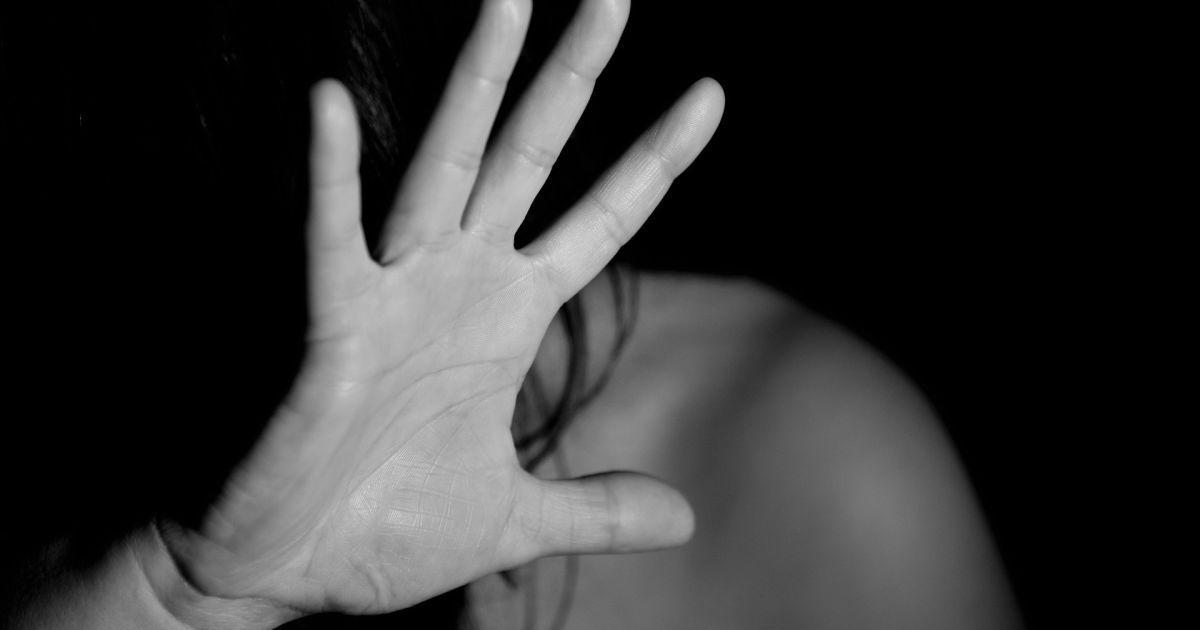Отдыхали в беседке: в Киевской области молодой человек изнасиловал беспомощную 15-летнюю девушку