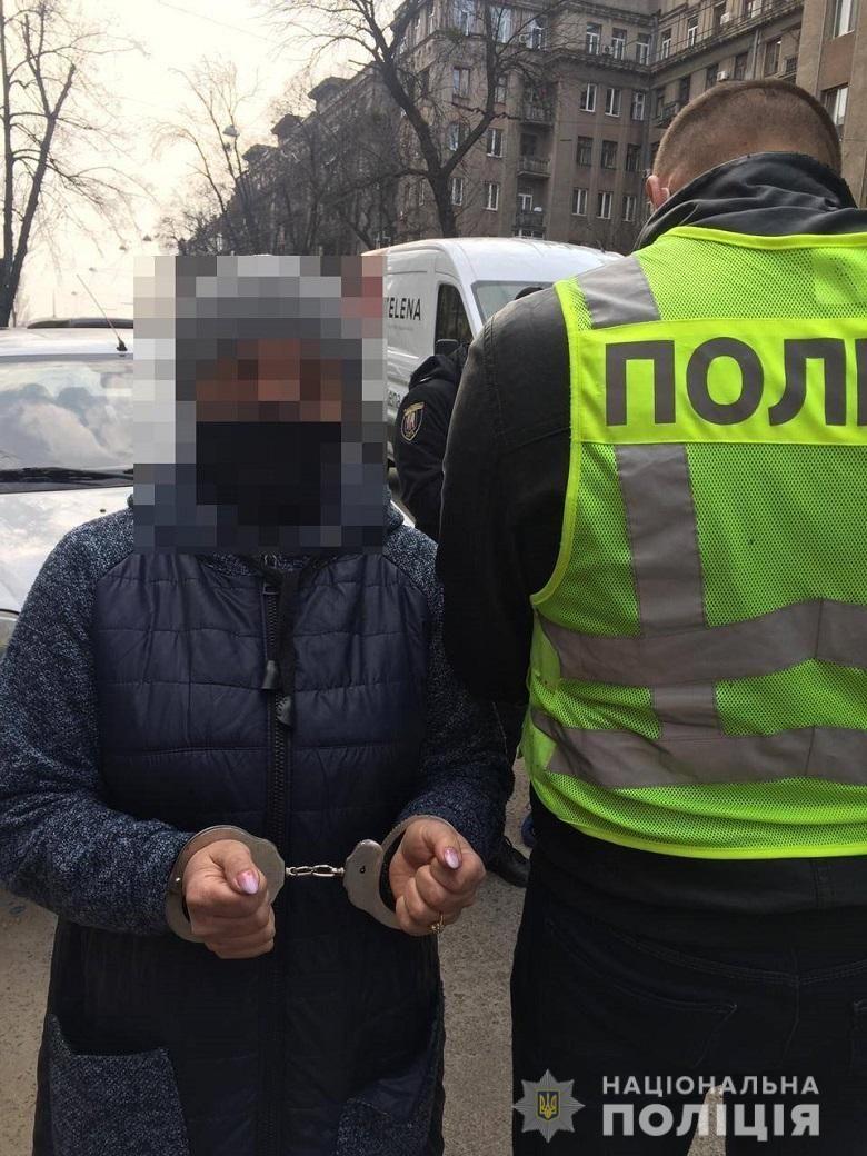 У Києві шахрайки під виглядом соцпрацівниць викрали у пенсіонерки золоті прикраси