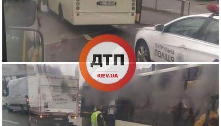 Локдаун в Киеве: копы останавливают забитые маршрутки и высаживают пассажиров