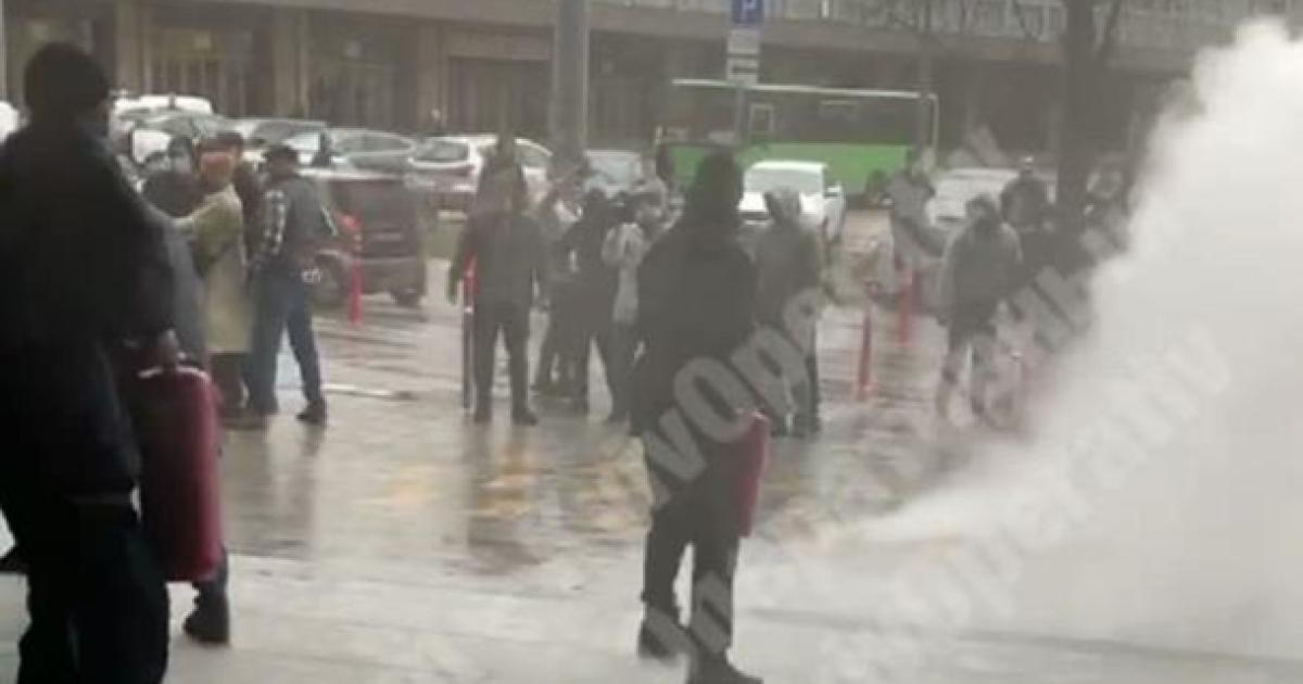 Бійка біля ТЦ у Києві: охорона застосувала вогнегасники (відео)