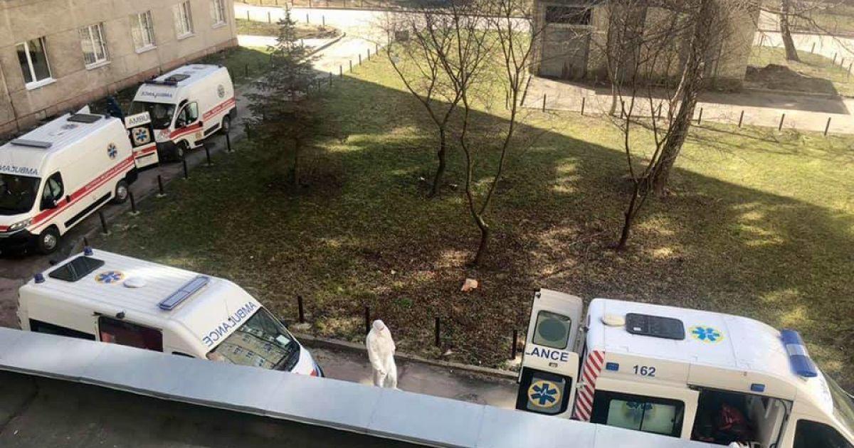 Во Львове под больницей в очереди стоят скорые с больными COVID-19: фото