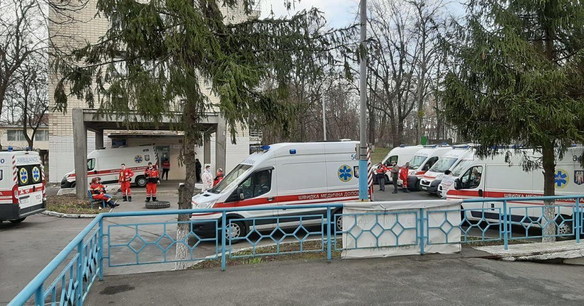 """Черга зі """"швидких"""" і хворі у важкому стані: медикиня розповіла про критичну ситуацію у київській лікарні"""