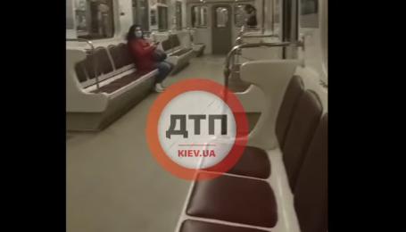 В Сети появилось видео работы пустого метро в Киеве в час пик
