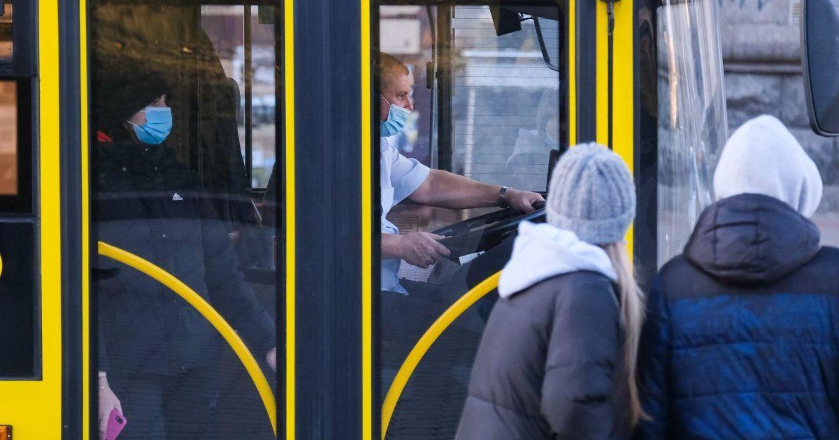 """В Киеве мошенники торгуют """"спецпропусками"""" для общественного транспорта: фото фальшивого документа"""